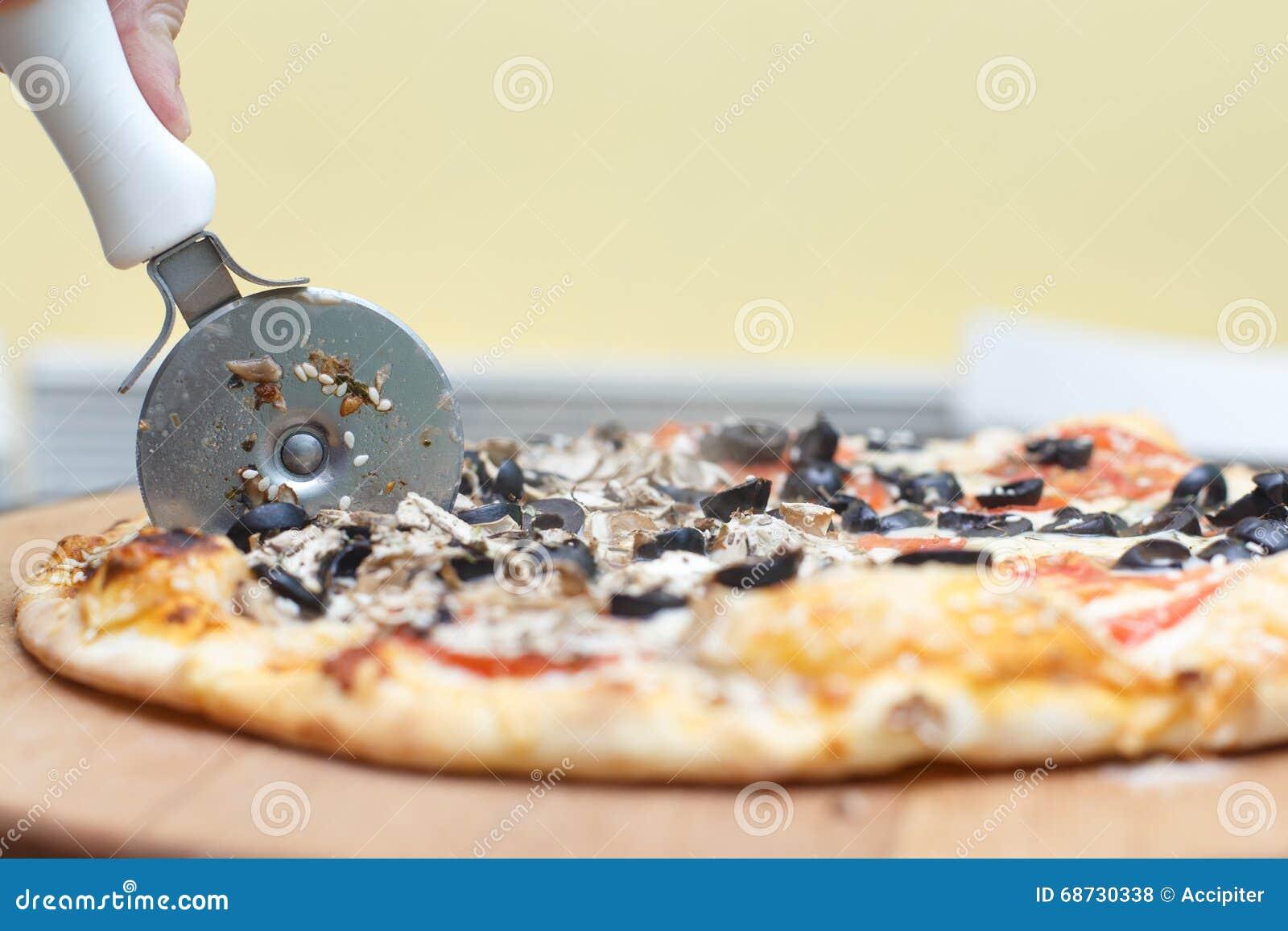 Hot pizza cutting