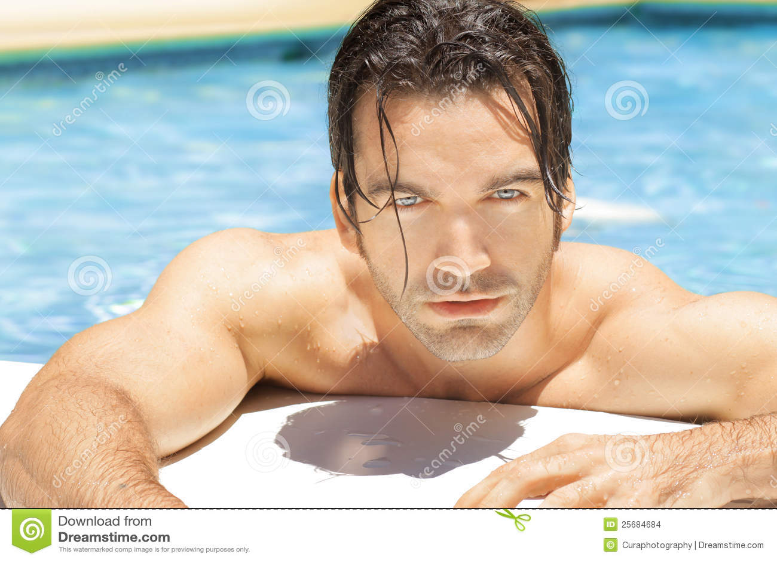 Простые фото мужчин в бассейне, Правда или фейк? Мужчины голые, женщины в купальниках 24 фотография