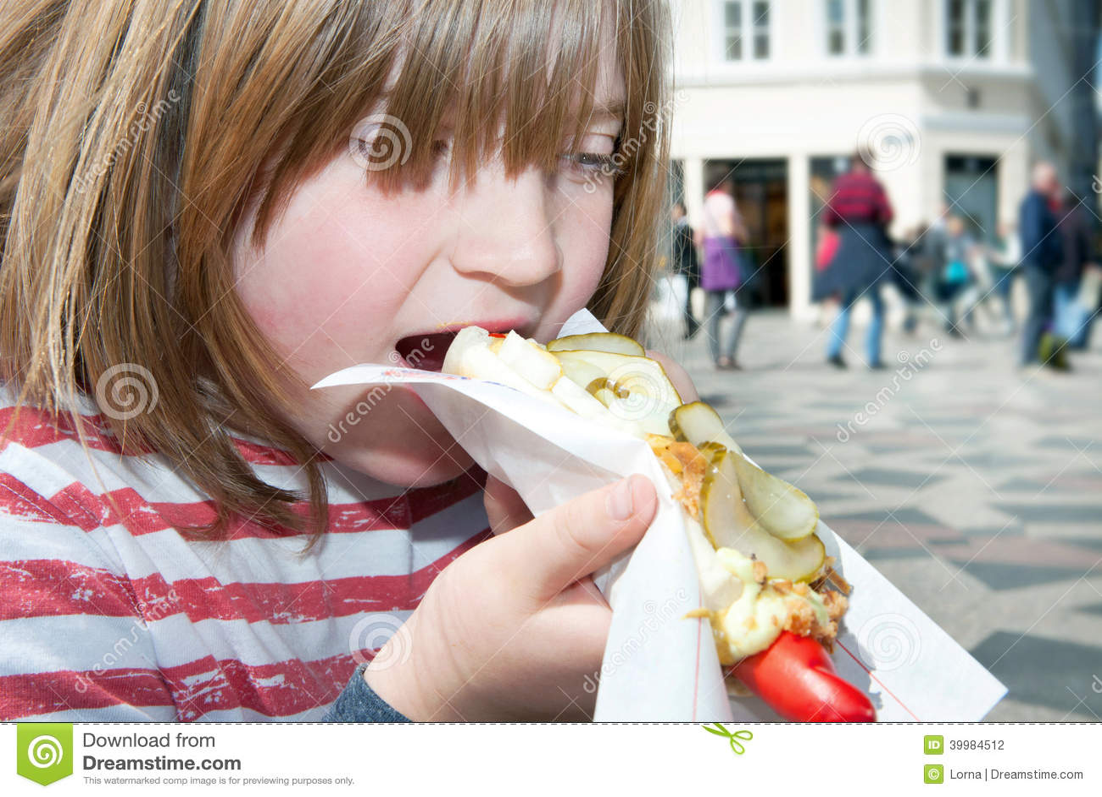 Danish cuny eating