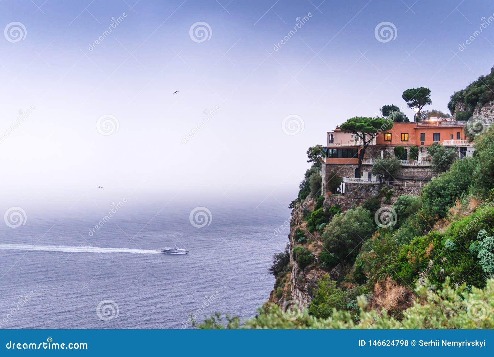 Hotel al borde de la monta?a, con objeto de las nubes de lluvia del mar sobre Sorrento hermoso, bah?a de la meta en Italia, viaje