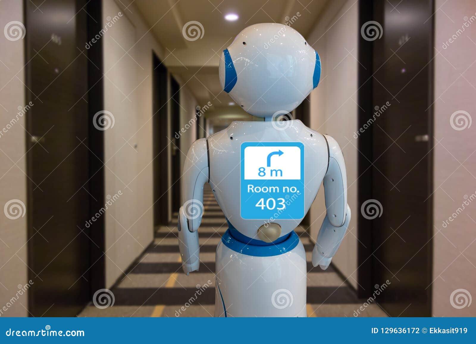 Hotel astuto nell industria 4 di ospitalità 0 concetti della tecnologia, uso di aiuto del robot del maggiordomo del robot per acc