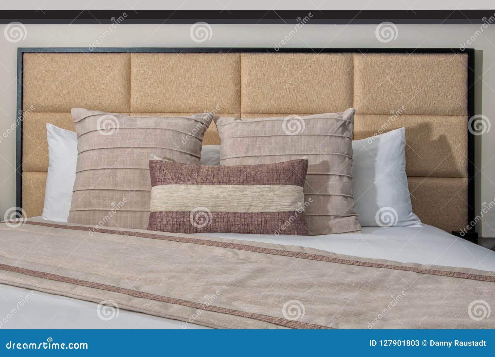 Hotel-Bett, Hauptbrett, Kissen, Deckbett und weißes Leinen