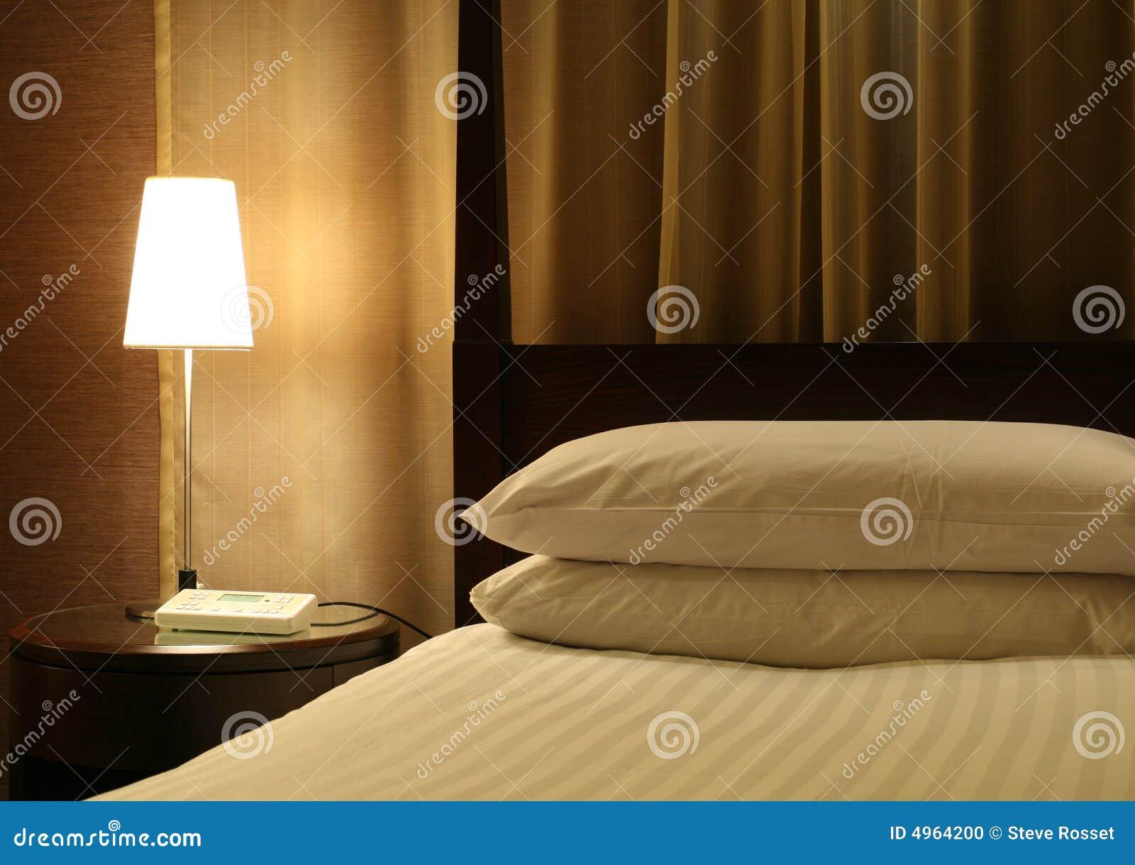 Hotel-Bett u. Nachttabelle