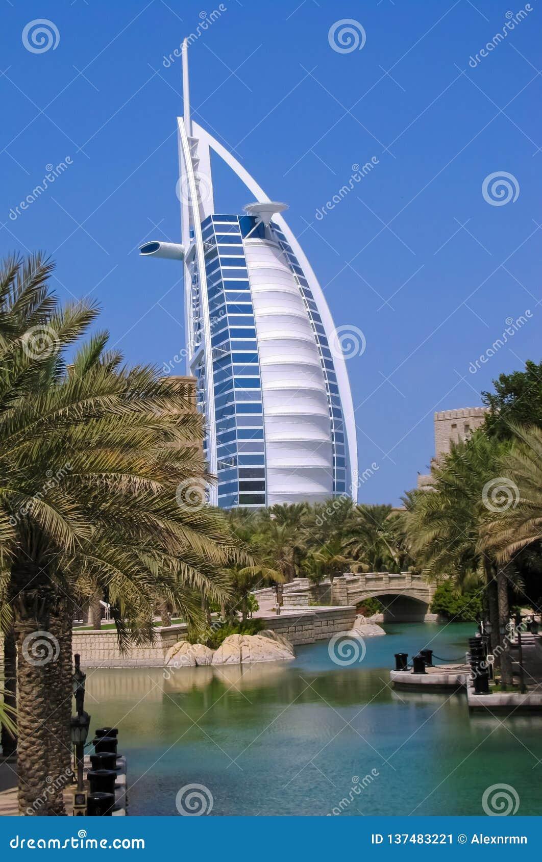 Hotel Burj-Al Araber auf dem Hintergrund von Jumeirah-Wasserkanälen