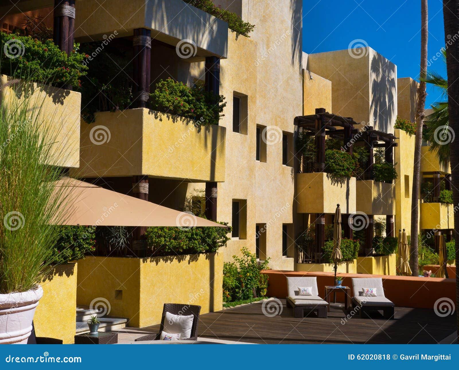 Hotel Con I Balconi E La Piattaforma Di Legno In Una Località Di ...