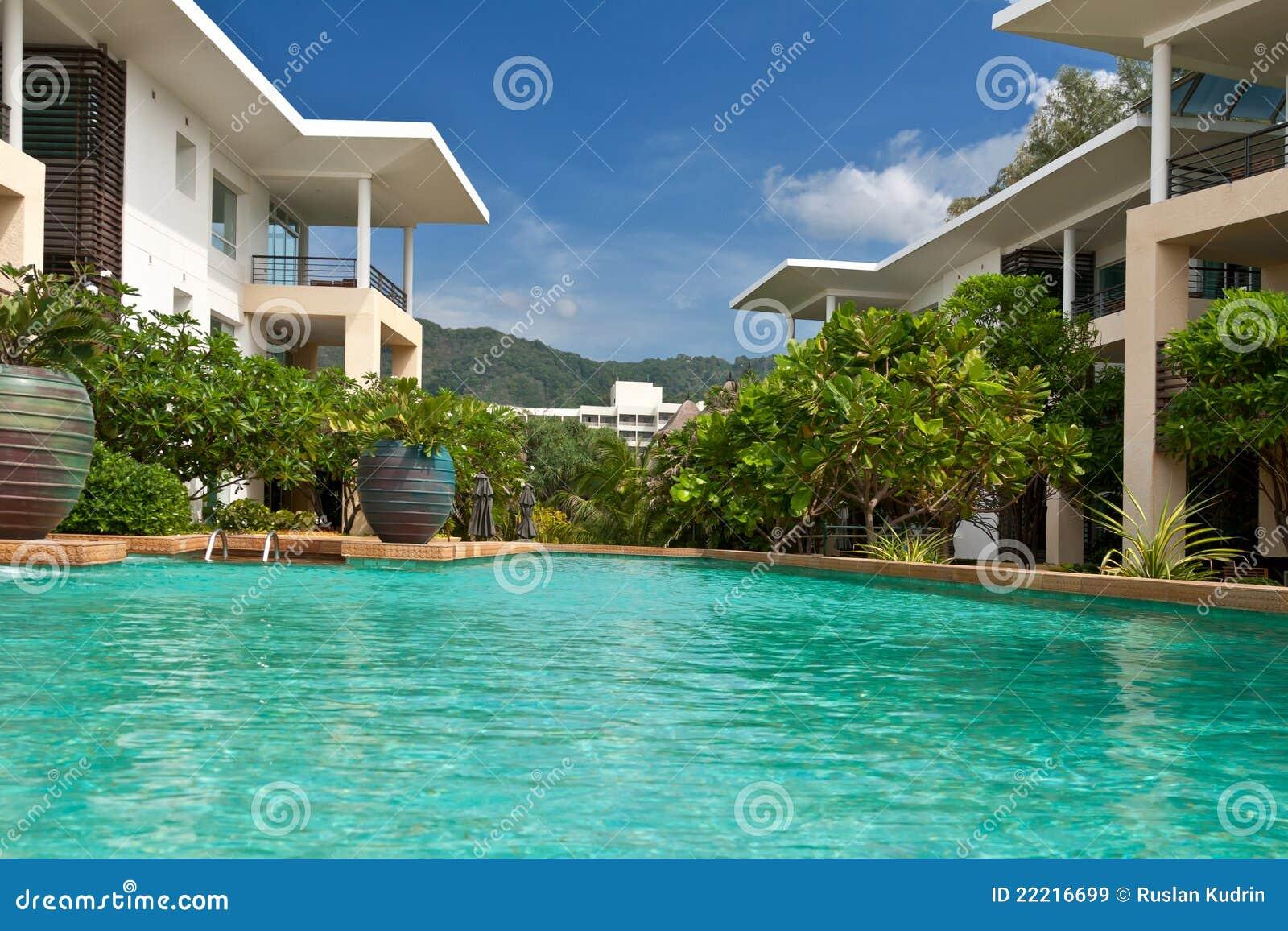 Hotel con la piscina cielo azul con las palmeras im genes de archivo libres de regal as imagen - Business plan piscina ...