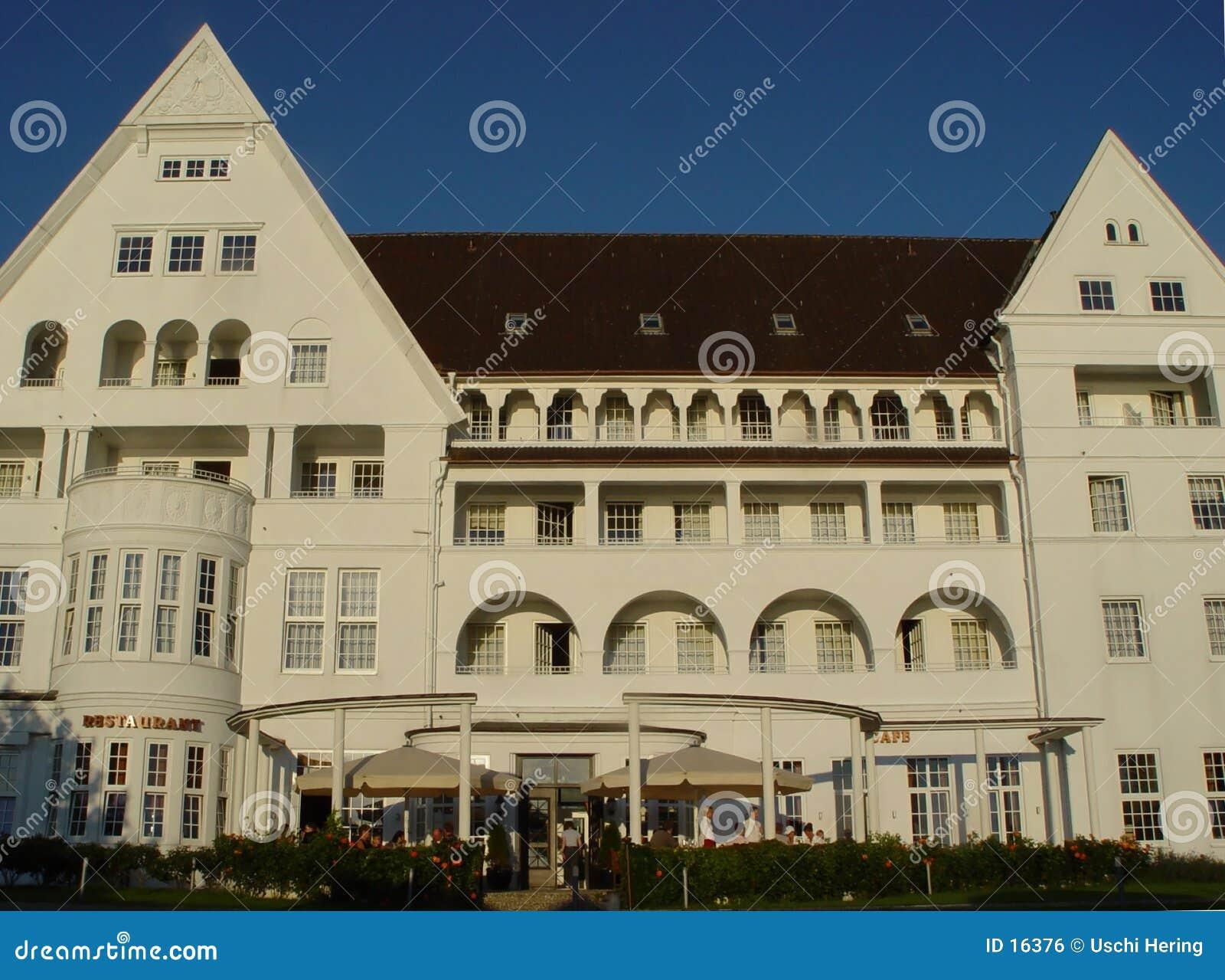 Hotel de centro turístico viejo del mar