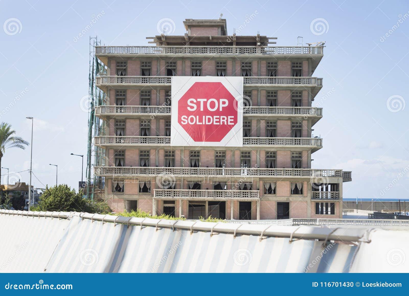 Hotel de San Jorge con la muestra de la protesta del solidere de la parada en Beirut, Líbano