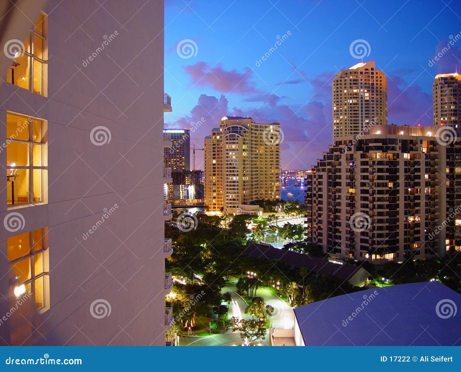 Download Hotel di Miami fotografia stock. Immagine di notte, biscayne - 17222