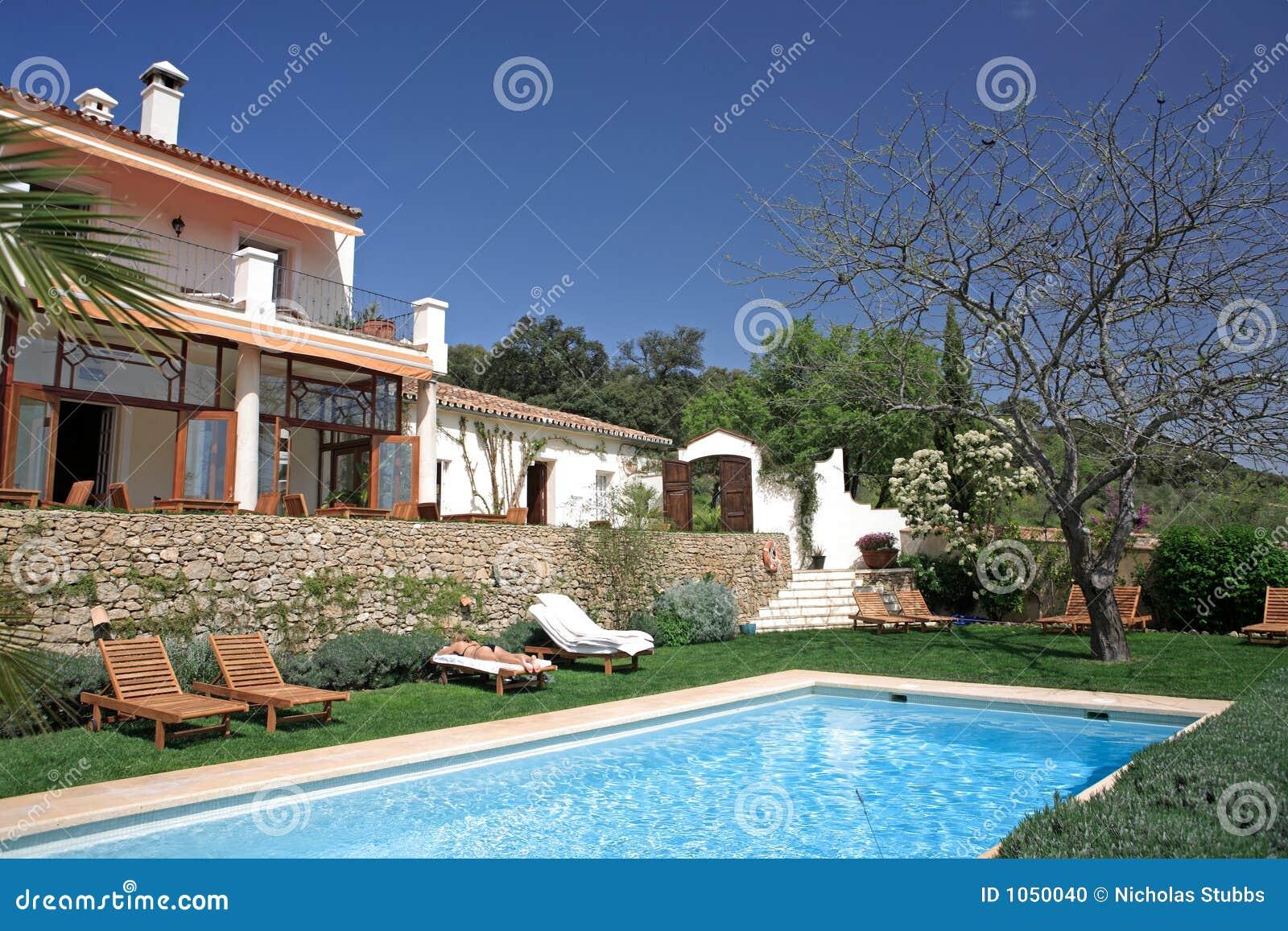 hotel e piscina r sticos luxuosos no campo foto de stock