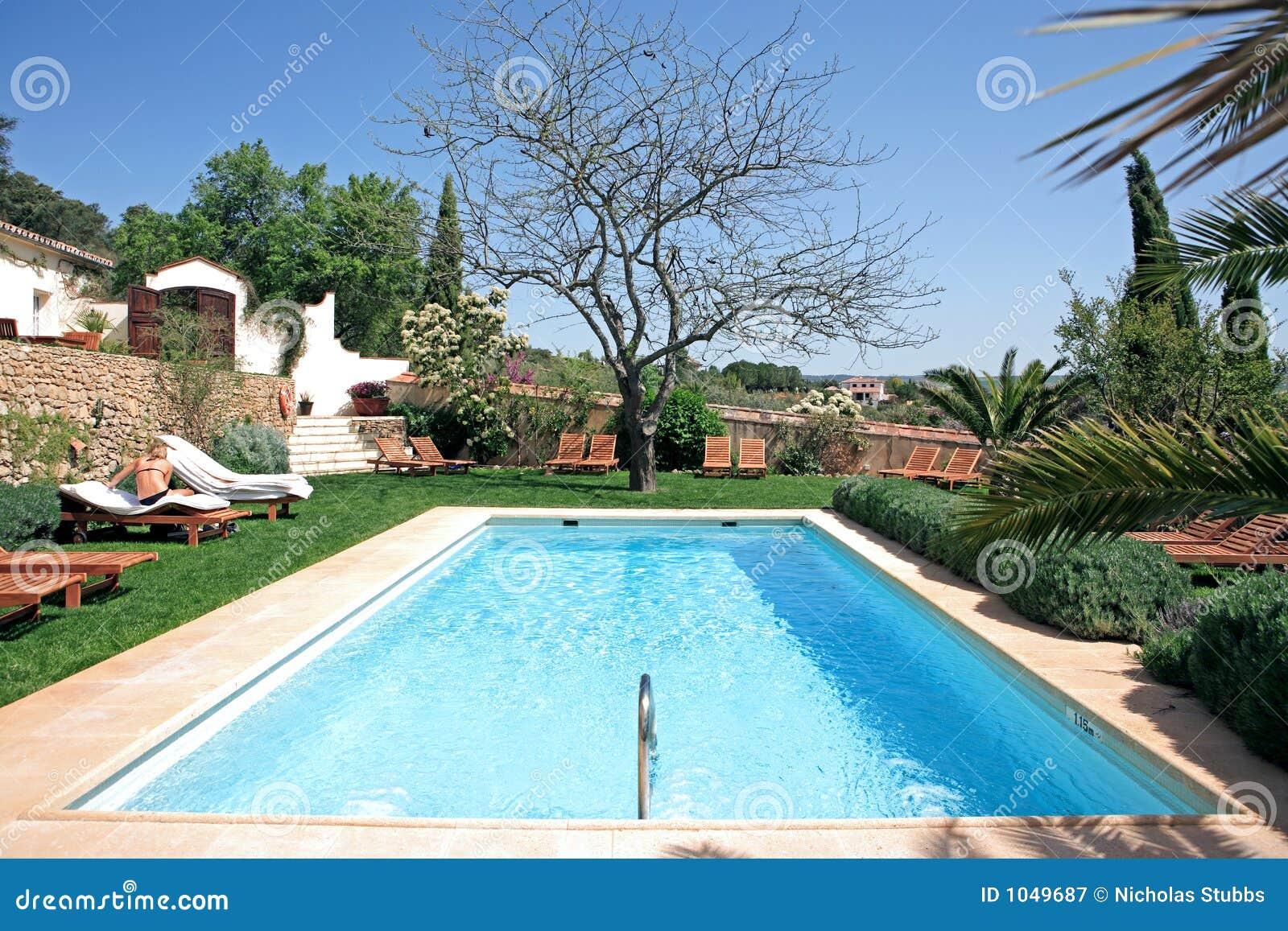 hotel e piscina rustici di lusso in campagna fotografia