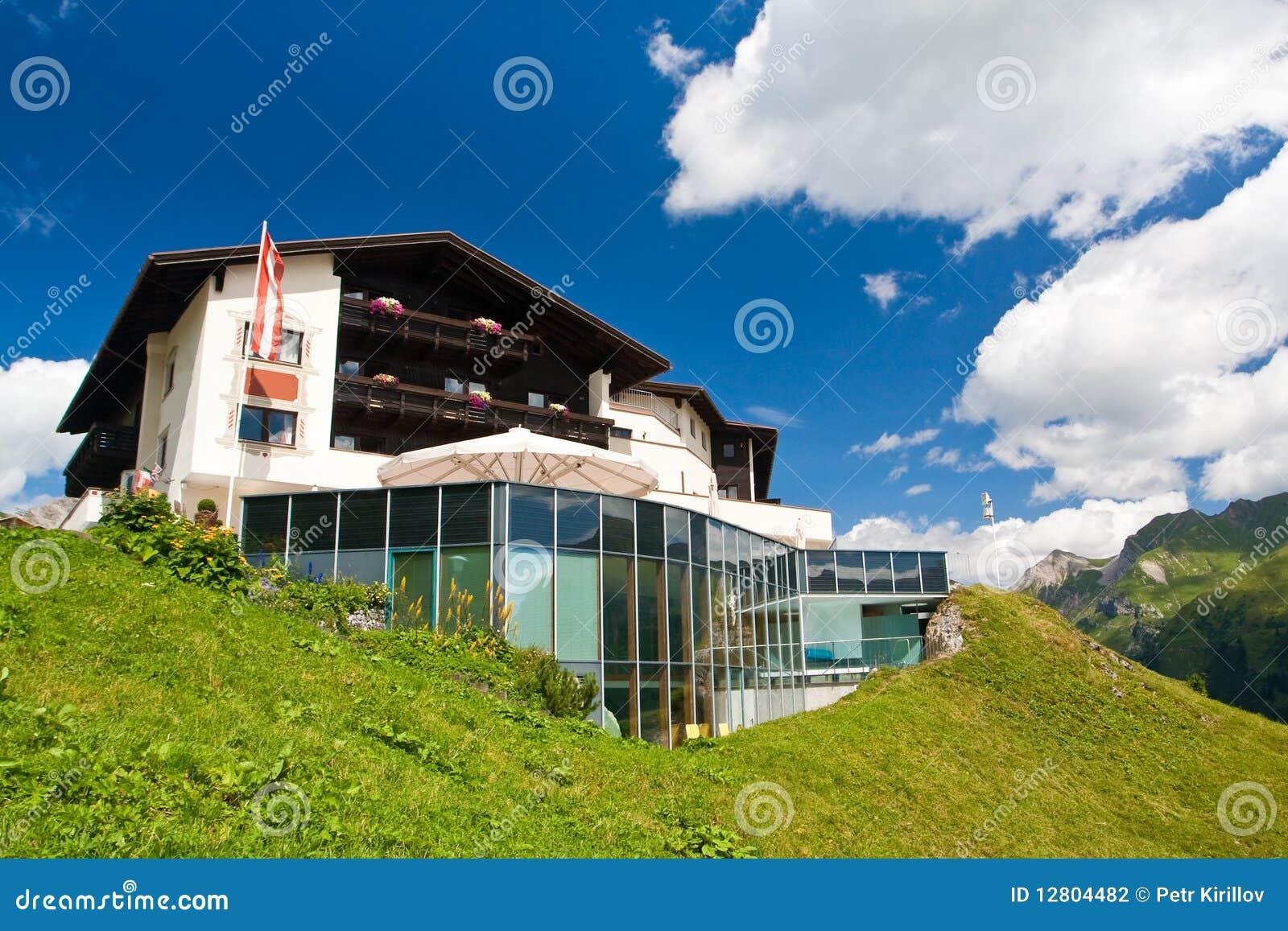 Hotel em um monte verde