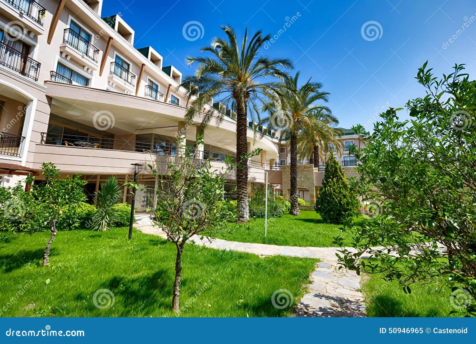 Hotel en un jard n foto de archivo imagen 50946965 for Hotel ciudad jardin