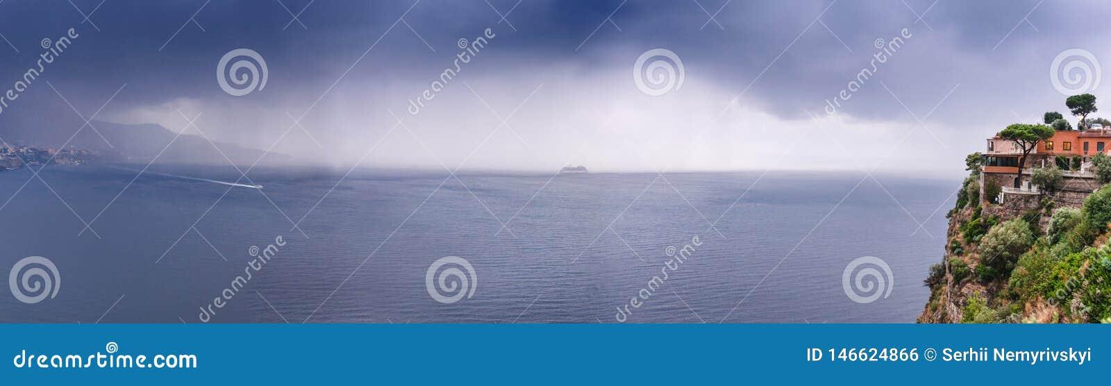 Hotel na borda da montanha, com o prop?sito das nuvens de chuva do mar sobre Sorrento bonito, ba?a do meta em It?lia, curso e