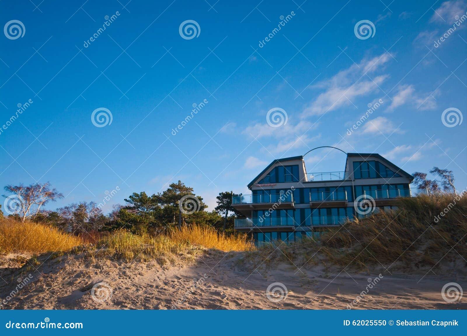 Hotel o casa della spiaggia fotografia stock immagine di for Disegni della casa sulla spiaggia