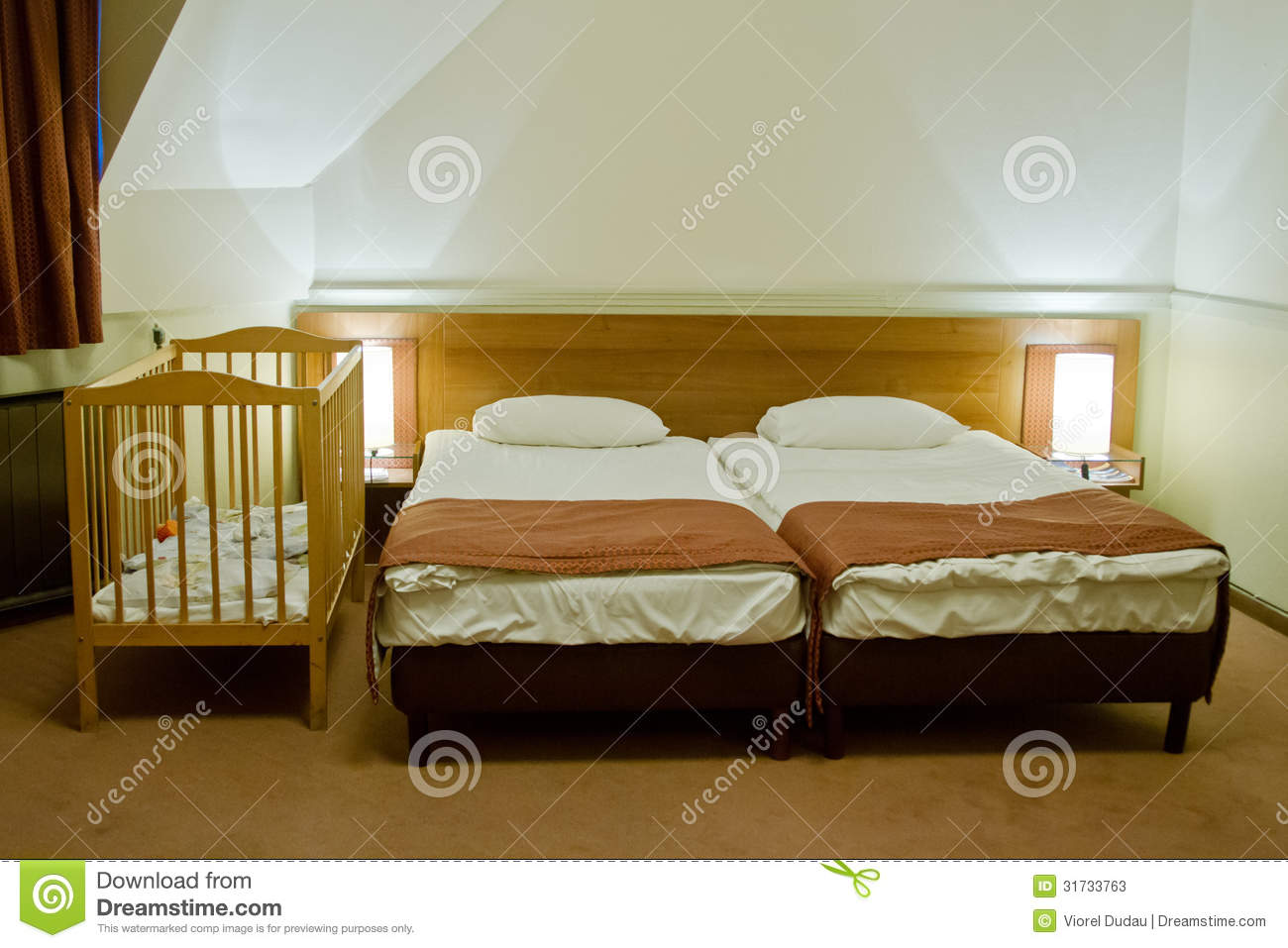 Baby bed next to bed - Hotel Room With Baby Cot