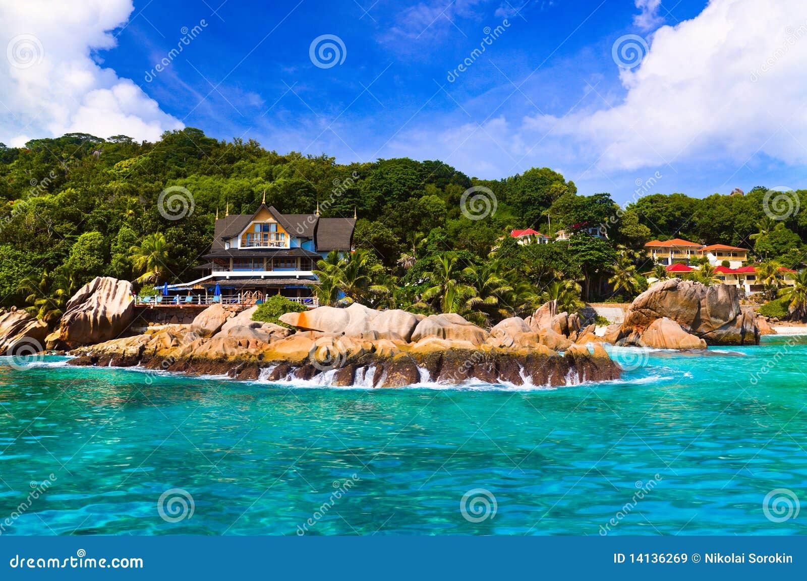 Hotel am tropischen strand la digue seychellen stockbild for Designhotel am strand