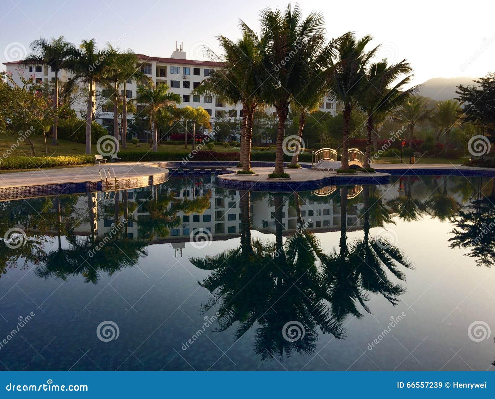 Hotel y lago rústicos de lujo