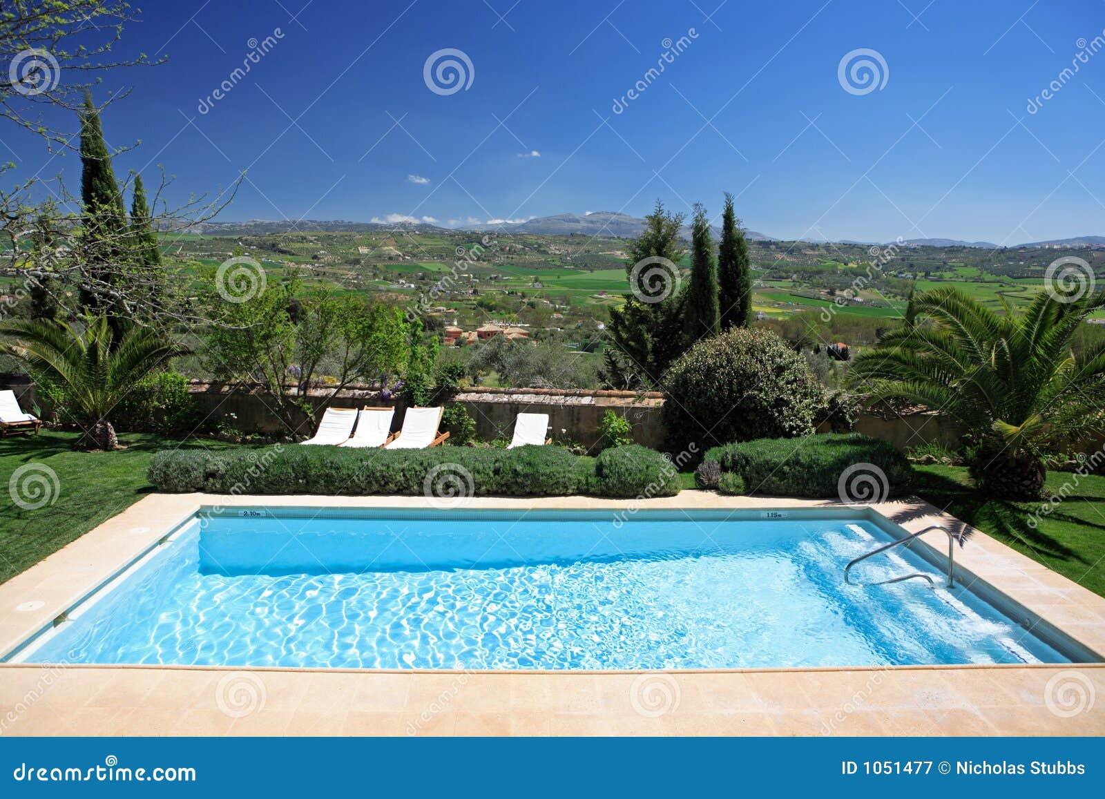 Hotel y piscina r sticos de lujo en campo fotograf a de for Piscinas en el campo