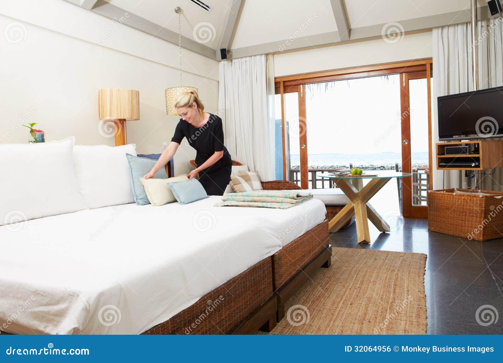 Hotelkamermeisje die Gastbed maken