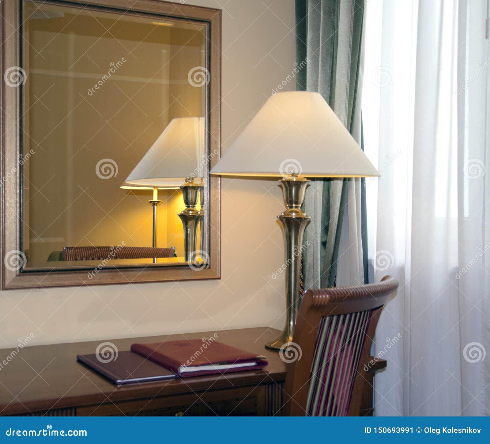 Hotellrum med skrivbordlampan