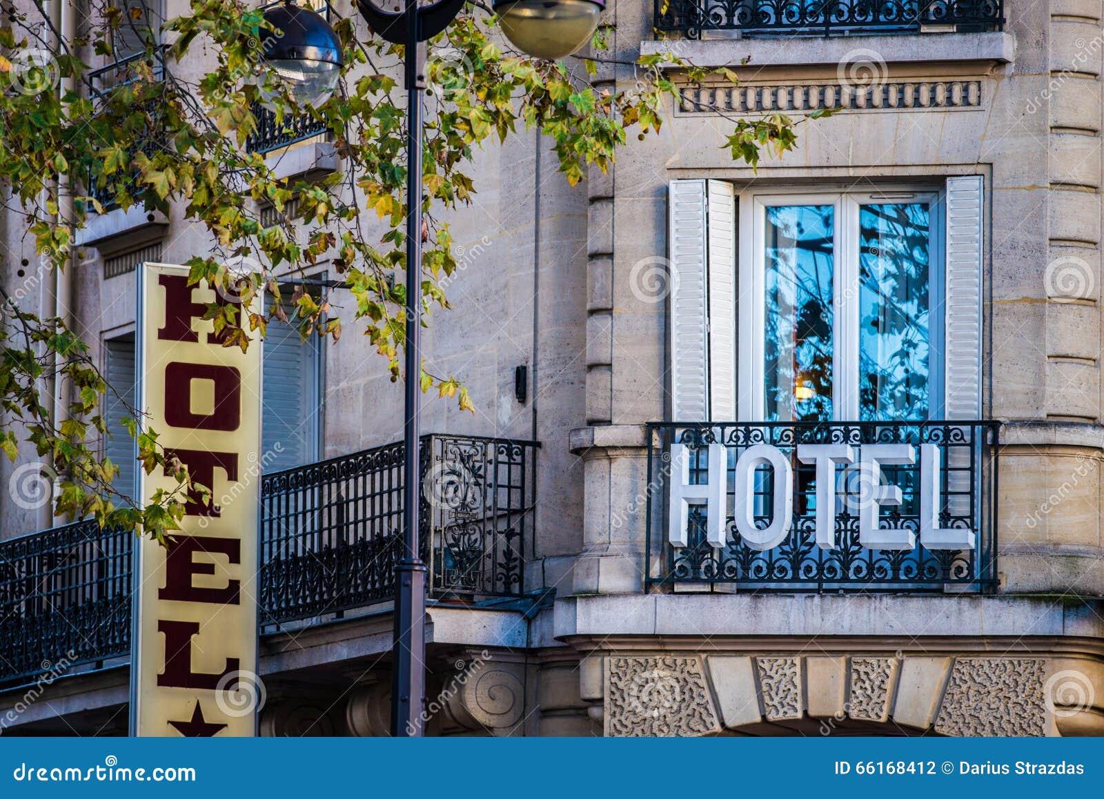 Hotelltecken på byggnad