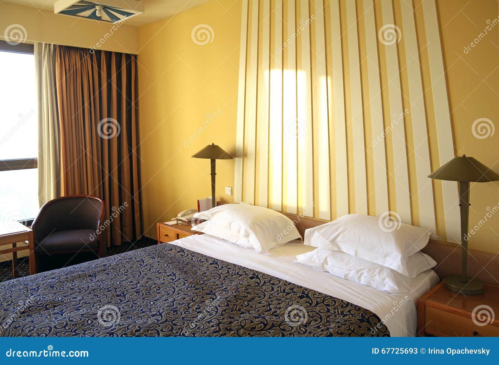 hotelruimte met gele muren en gordijnen