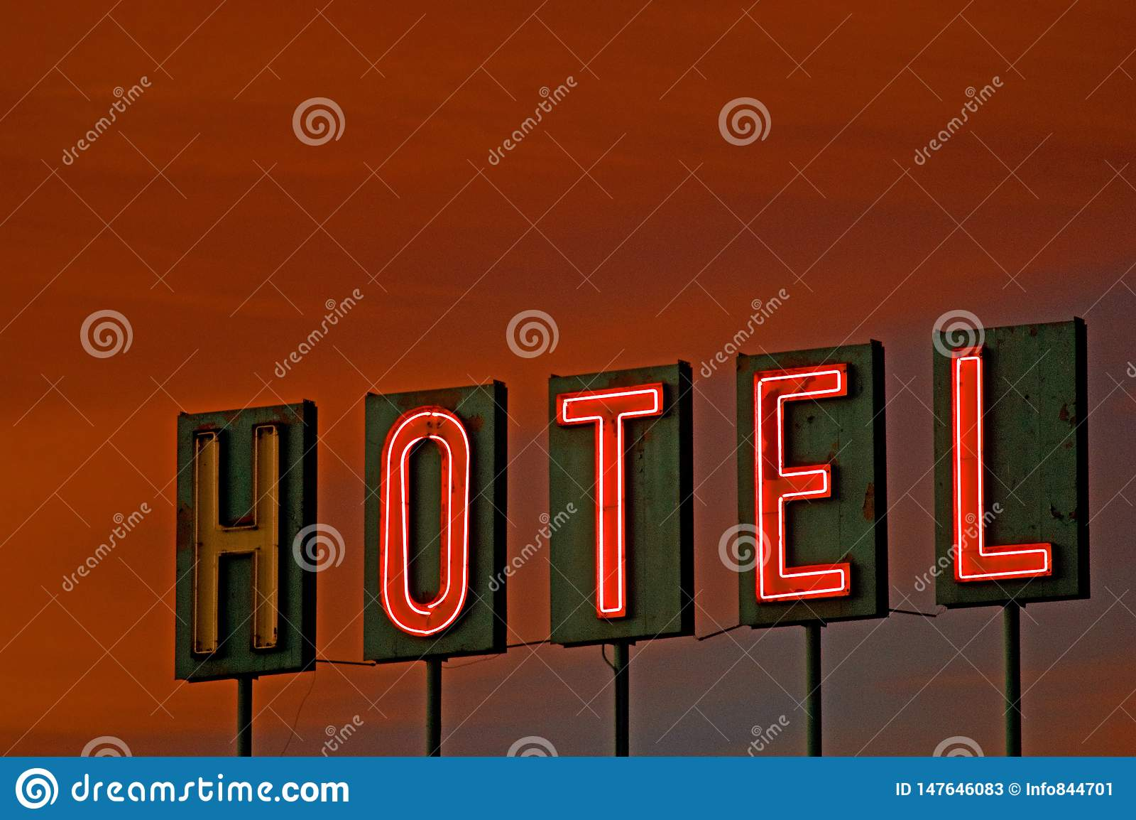 Hotelu znak przy zmierzchem