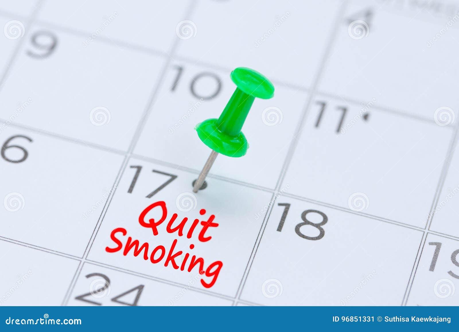 Houd op met Roken geschreven op een kalender met een groene duwspeld aan rem