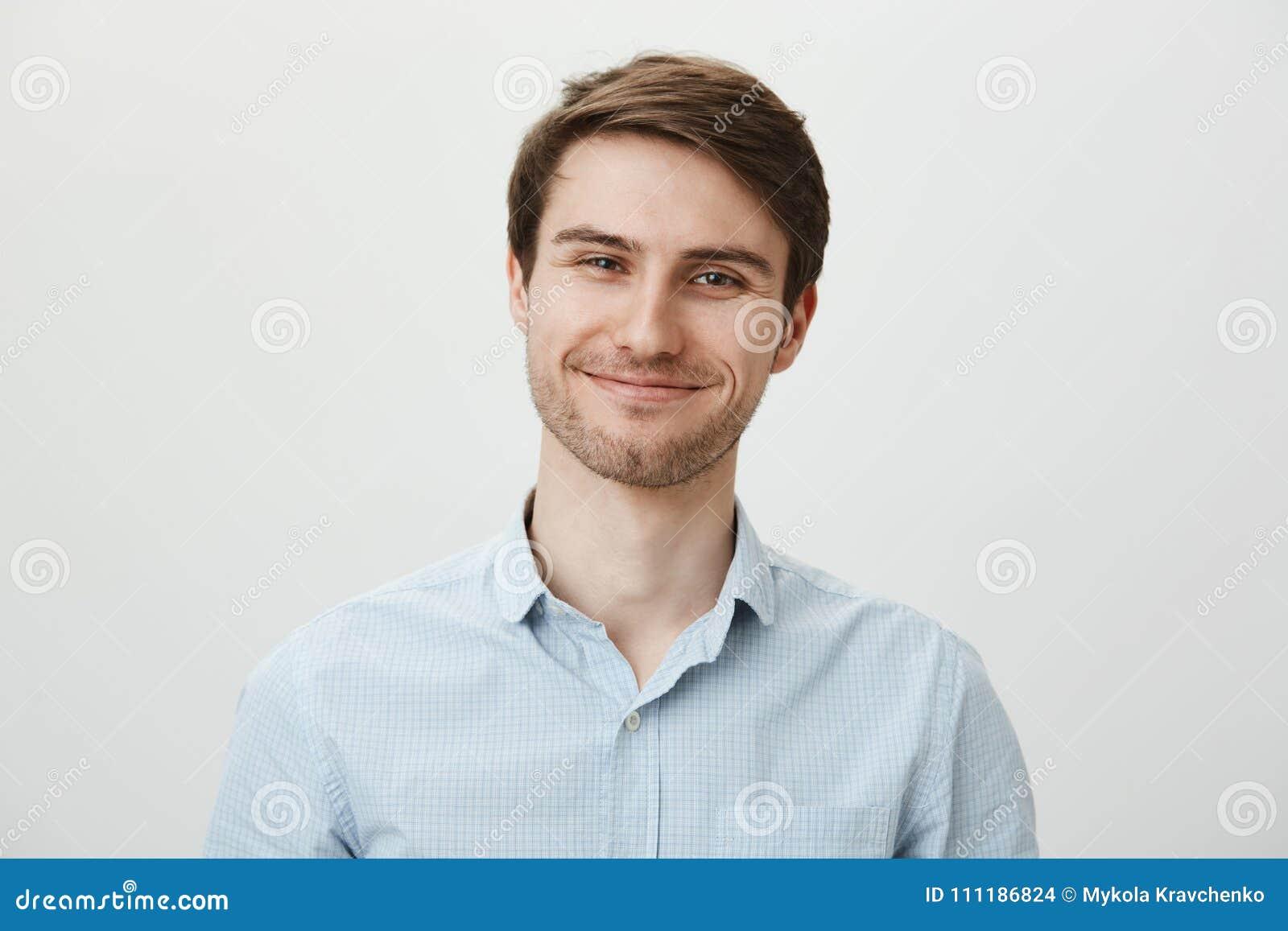 Houd sprekend maar ik geef niet Portret van beleefde gehinderde aantrekkelijke beambte in toevallig overhemd die valse glimlach t