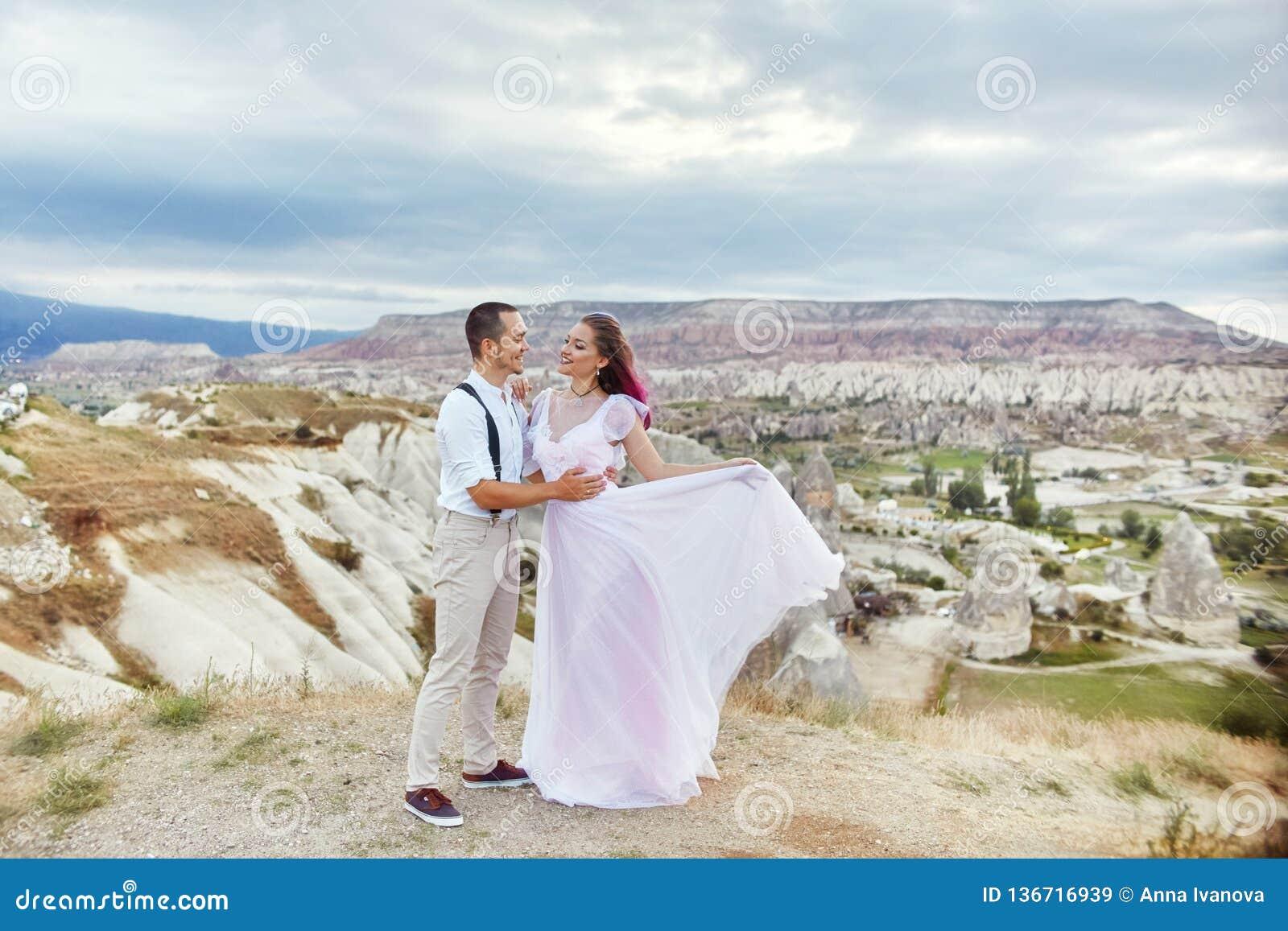 Houden het de dag houdende van paar van Valentine in aardomhelzingen en kussen, de man en de vrouw van elkaar Bergen van cappadoc