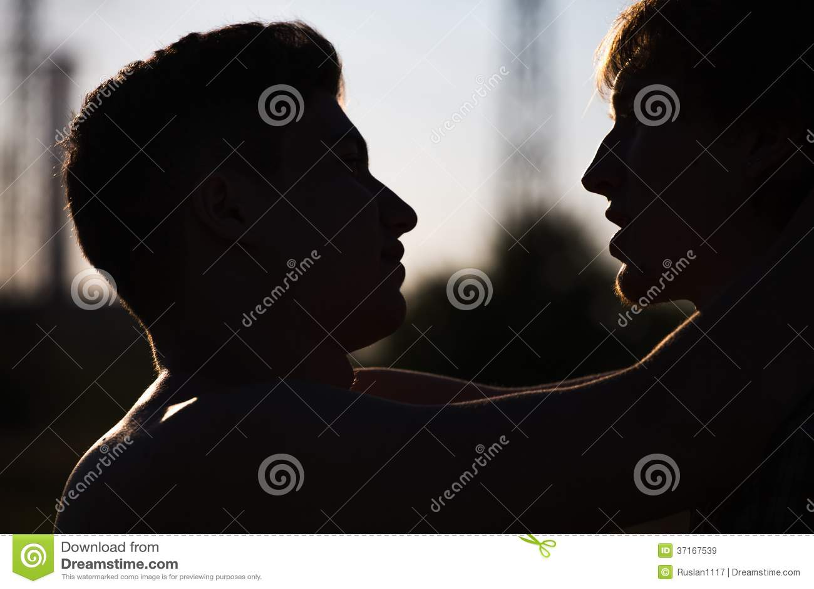 Houdend van vrolijk paar
