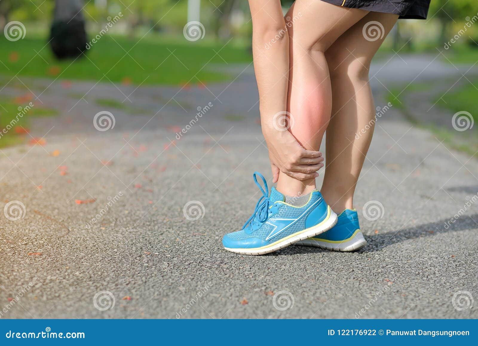 Houdend zijn verwonding van het sportenbeen, spier pijnlijk tijdens opleiding