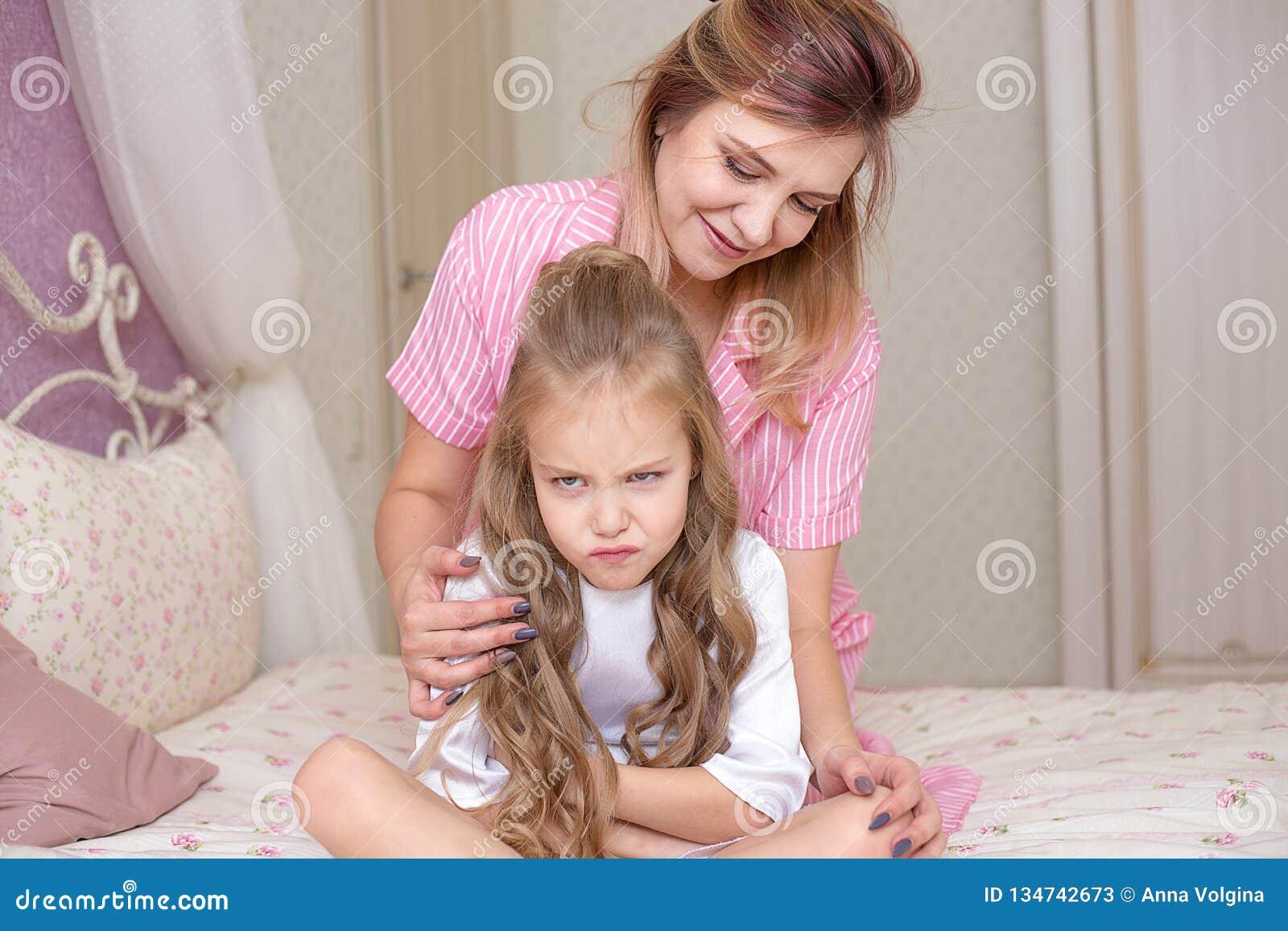Houdende van moeder die haar droevige en nukkige dochter troosten