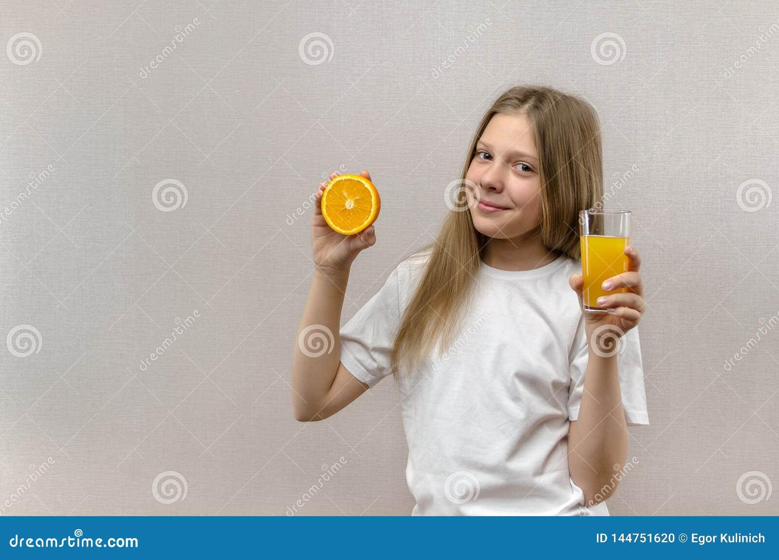 Houdt het blonde gelukkige meisje in haar hand een glas vers sap Gezond dieet Veggie en Veganist
