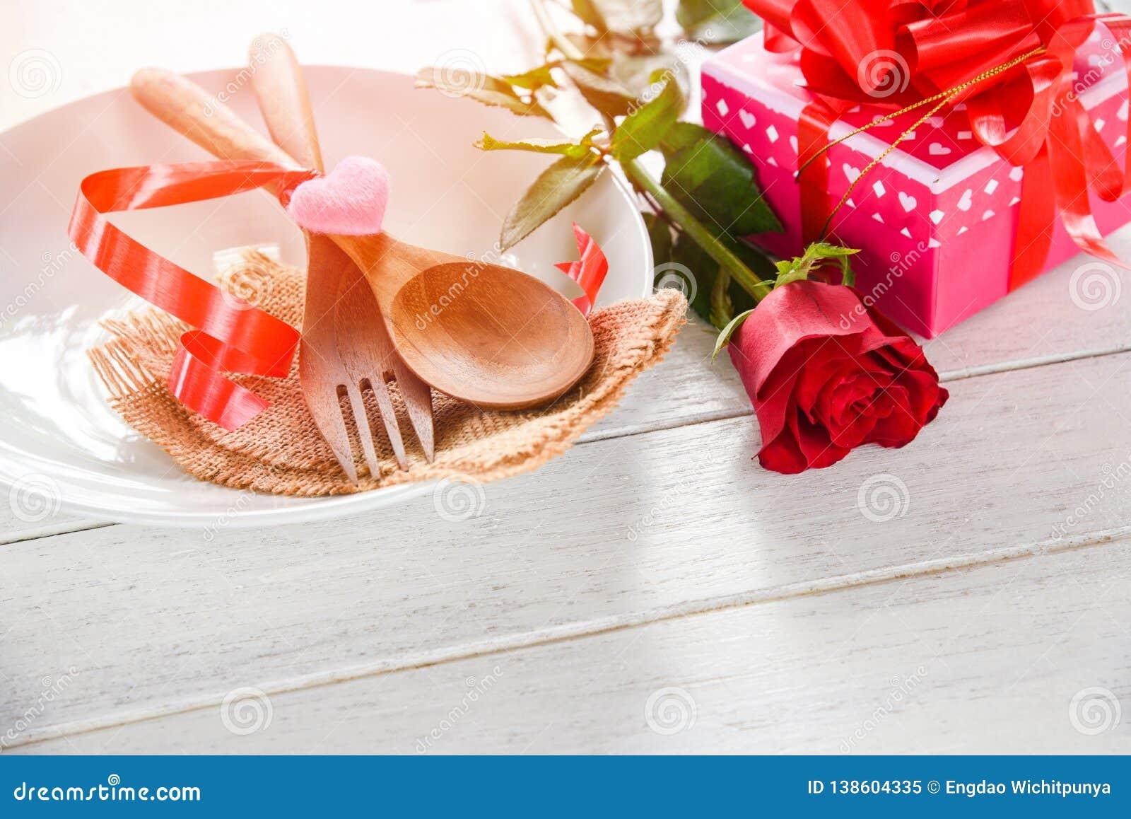 Houdt van het romantische de liefdevoedsel van het valentijnskaartendiner en kokend concept