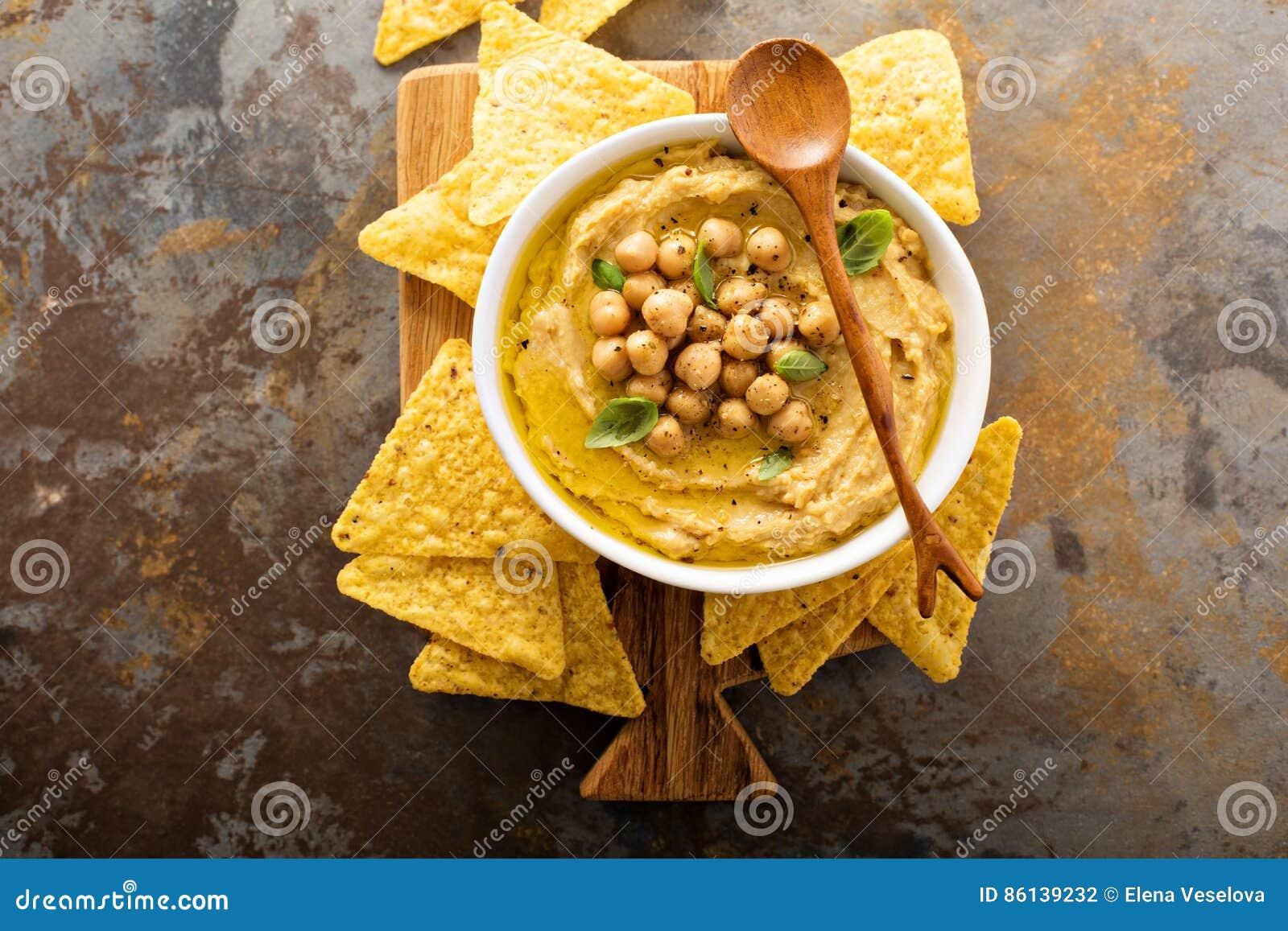 Houmous fait maison avec des puces de tortilla