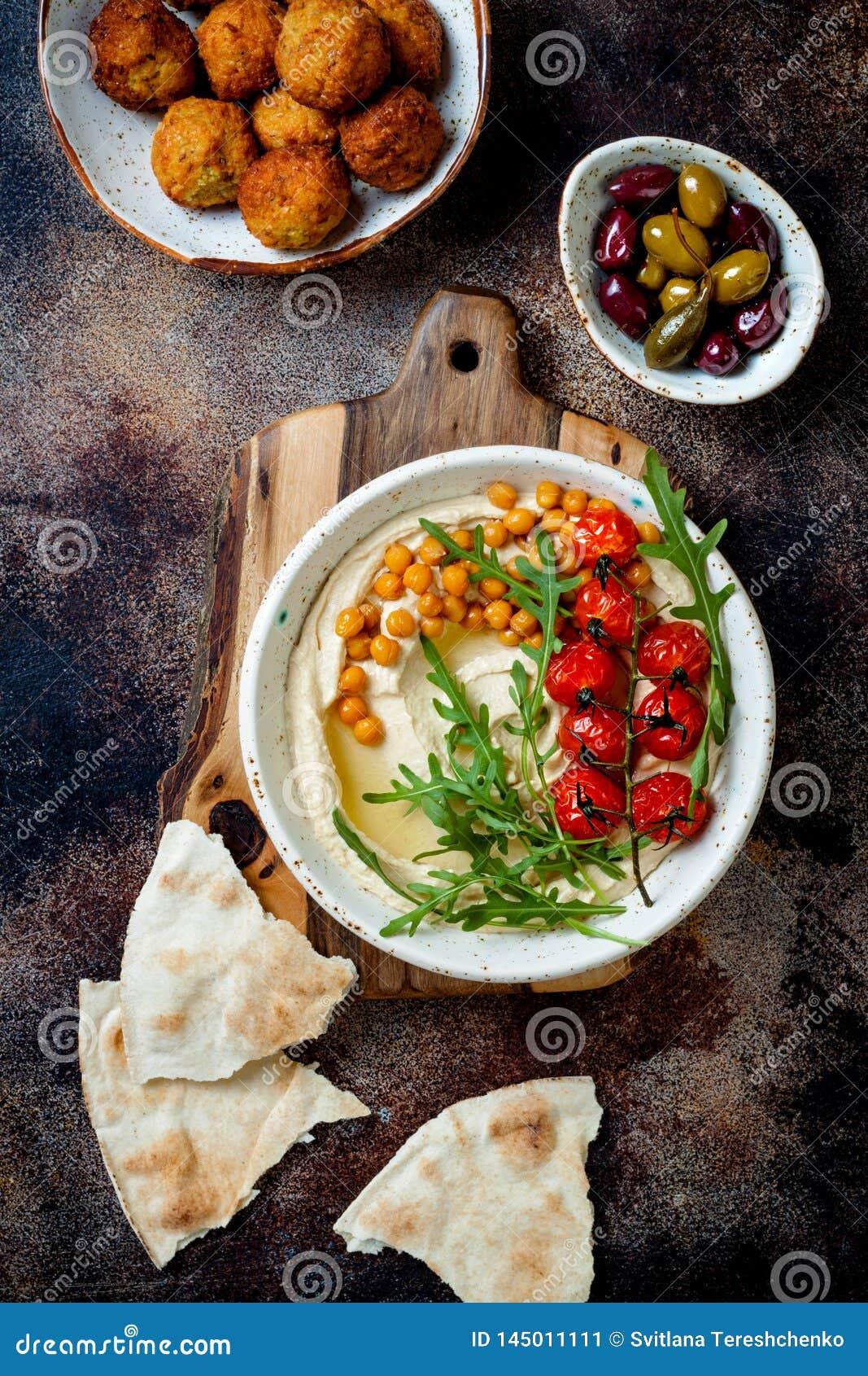 Houmous fait maison avec les tomates-cerises, les boules de falafel et les olives r?ties