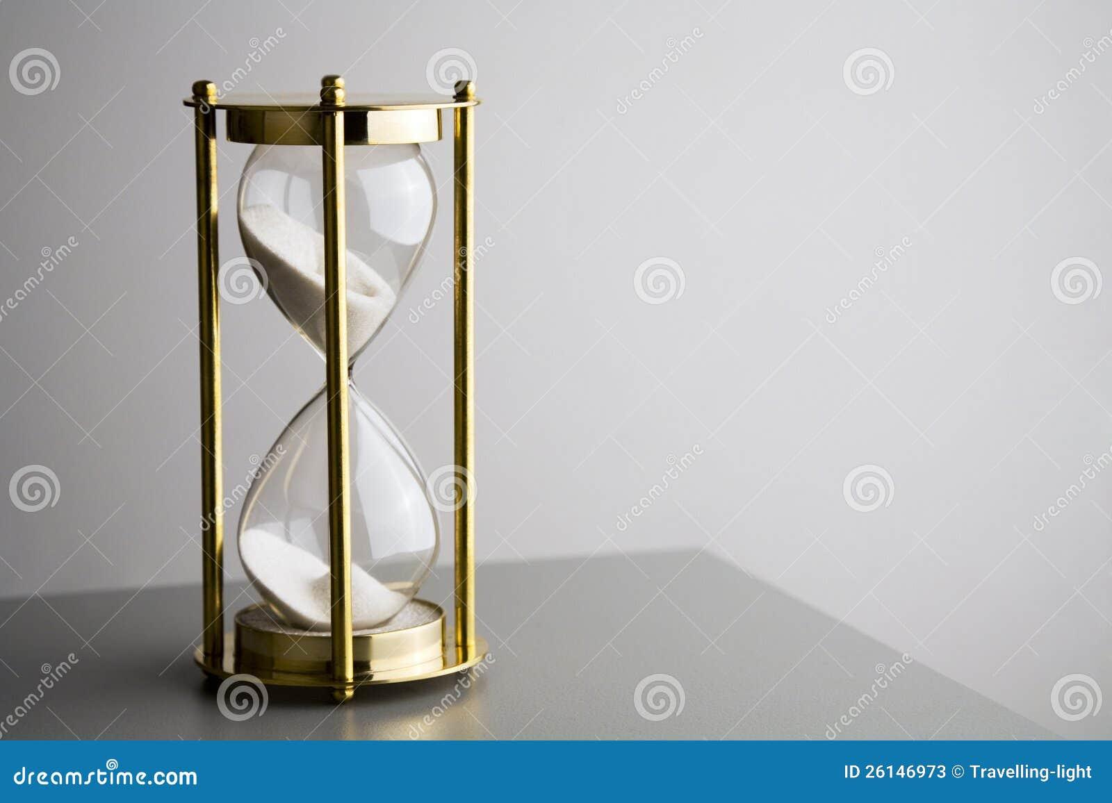 Hourglass на сером цвете