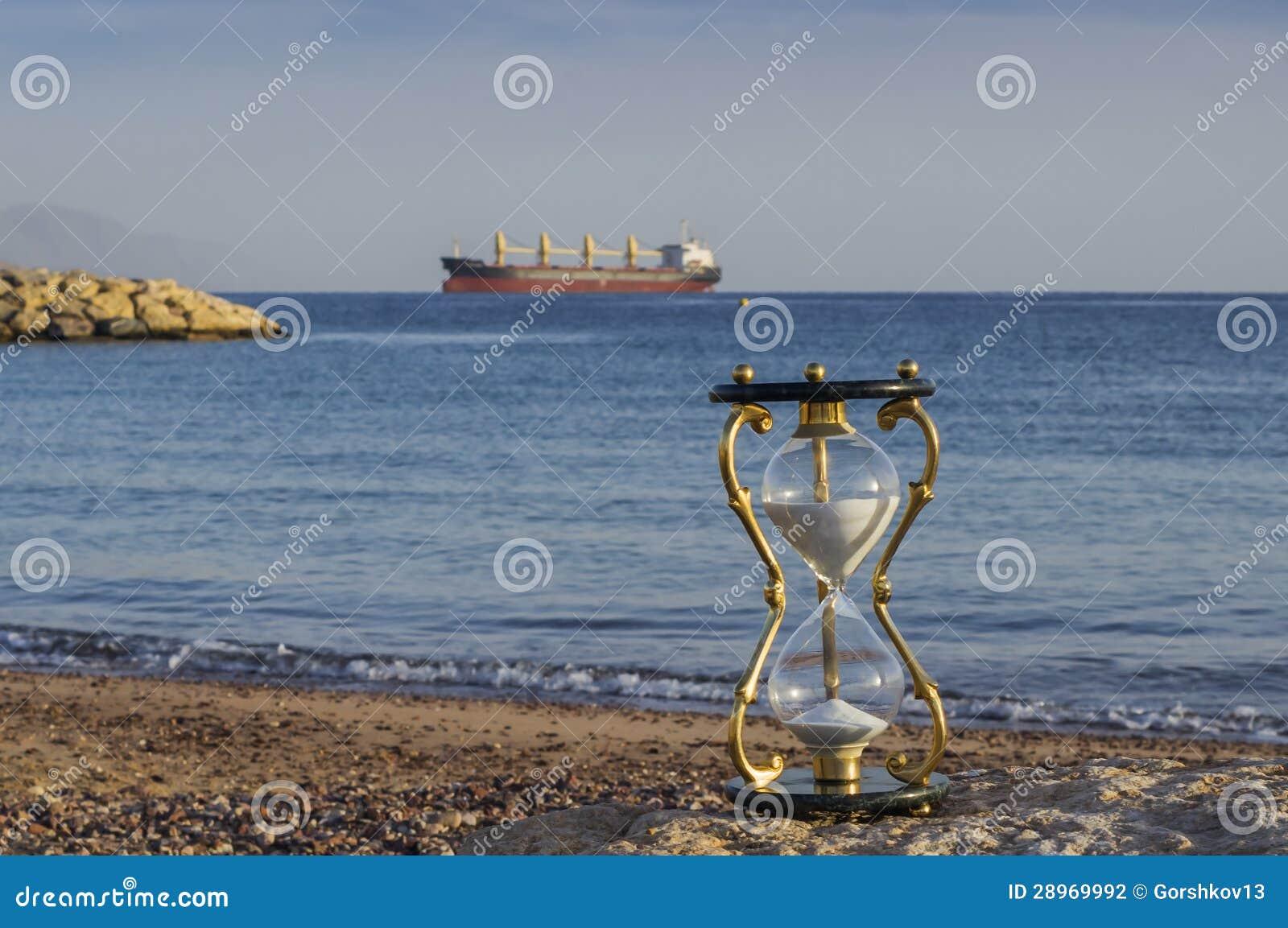 Hourglass na piaskowatej żołnierz piechoty morskiej plaży, Czerwony morze