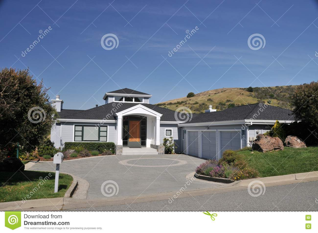 House With Circular Driveway Three Car Garage Stock Photo Image 9338560