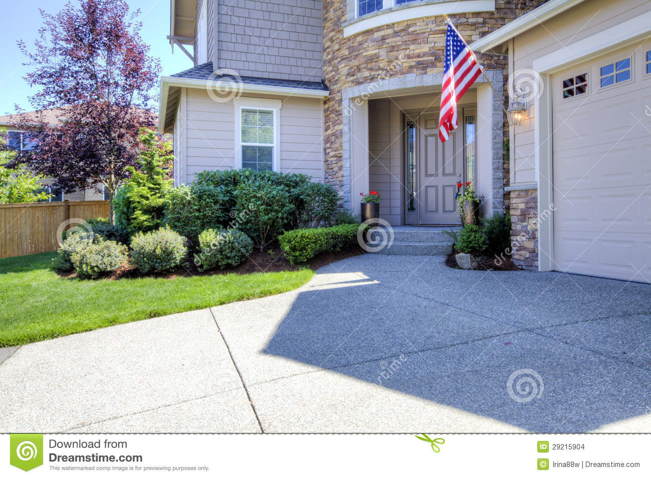 House exterior with driveway and american flag stock - Decoration entree maison exterieur ...