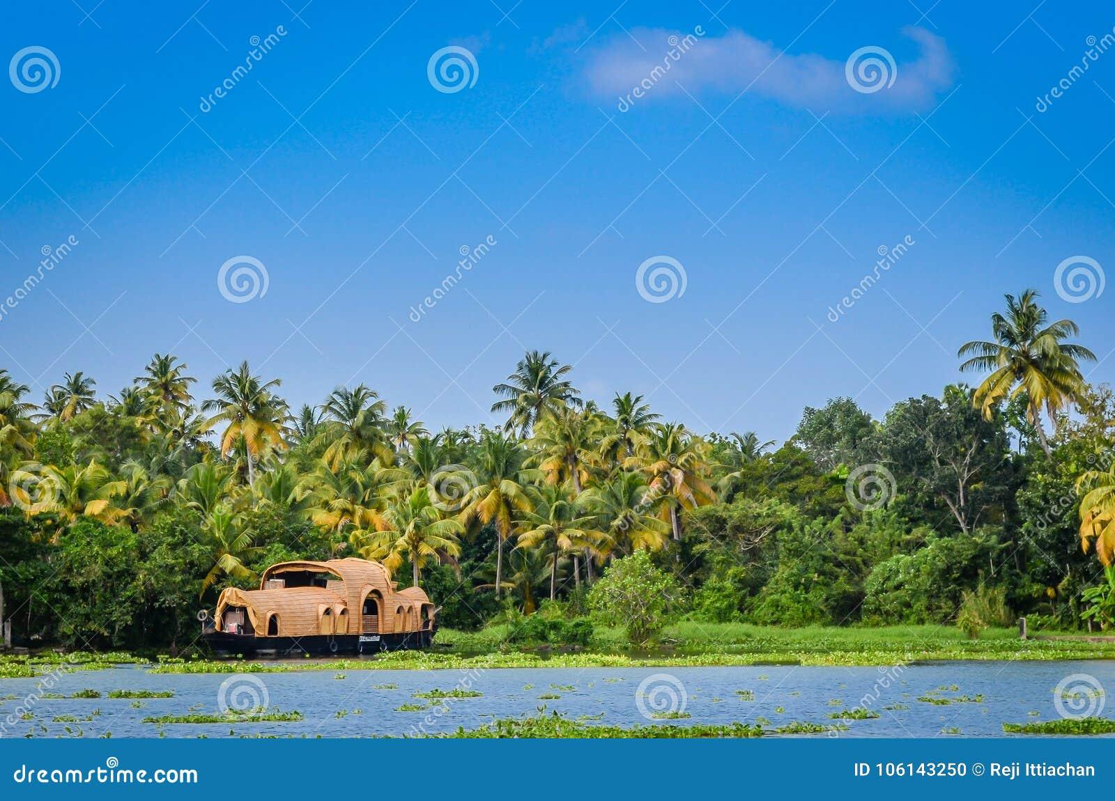 Houseboat στα τέλματα του Κεράλα ενάντια στην παχιά πρασινάδα και ένα β