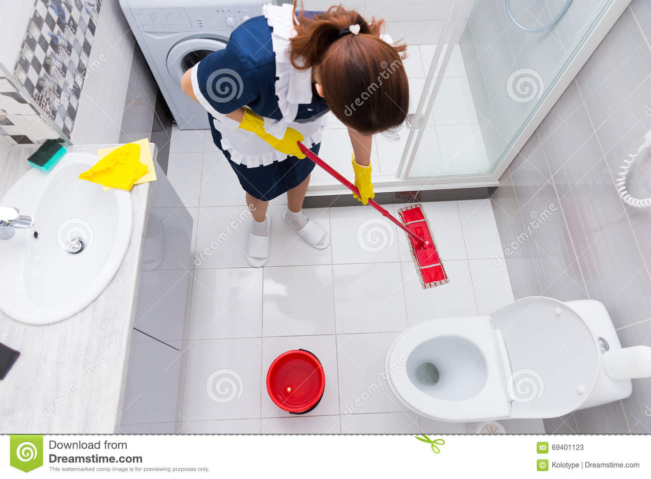 Delicieux Housekeeper In A Hotel Mopping A Floor