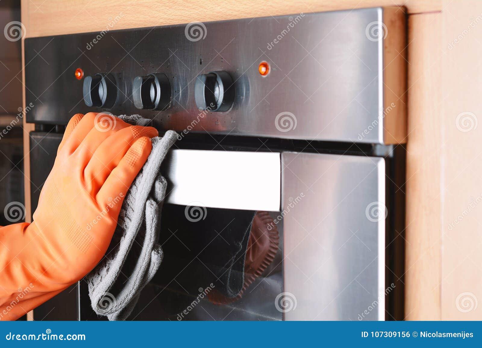 Housekeeping cleaning piekarnika kuchnia w domu
