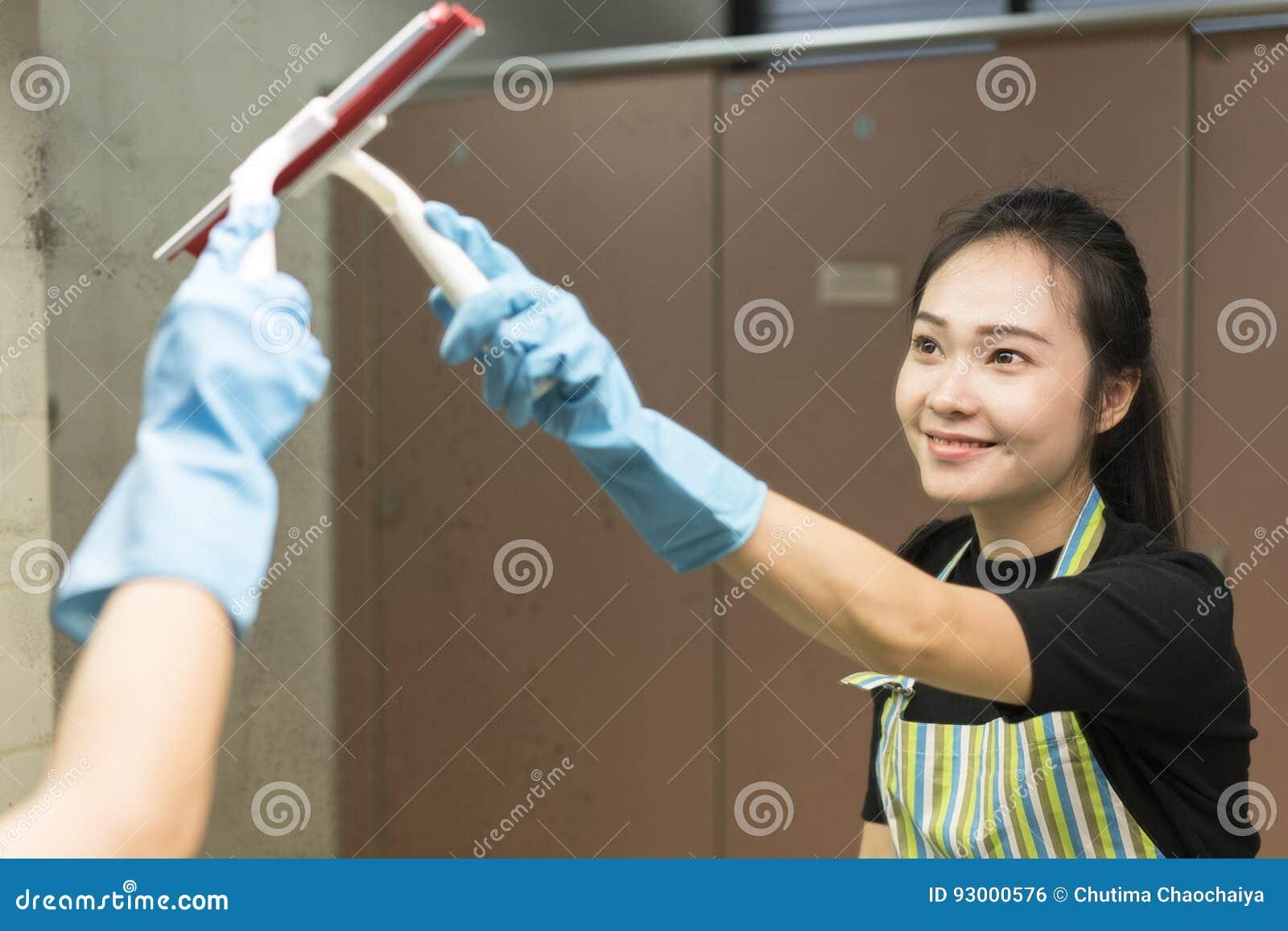 Housekeeping lub gosposia czyści brudnego lustro