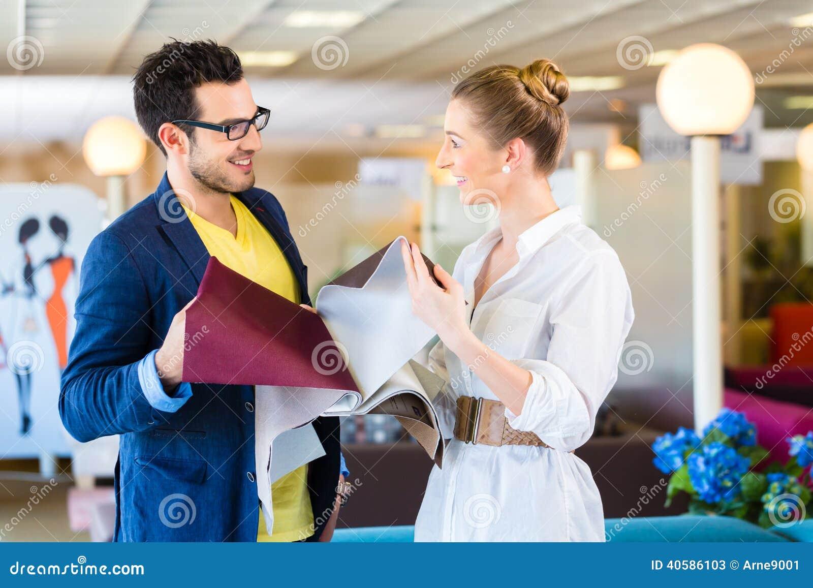Housse de si ge de divan de cueillette de couples dans le magasin de meubles - Magasin qui reprend les meubles ...