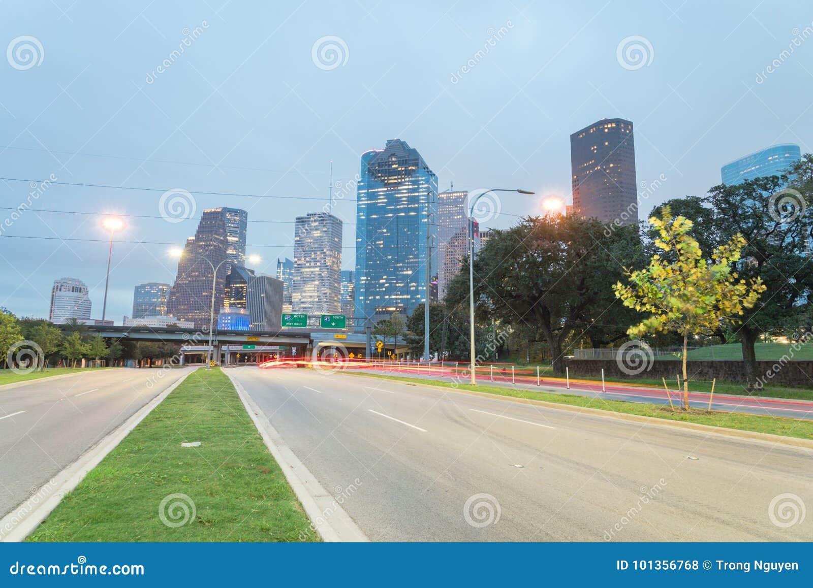 Houston Downtown von Allen Parkway an der blauen Stunde