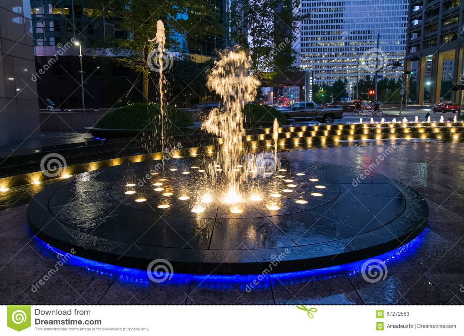 Houston, TX/USA - vers en juillet 2013 : Fontaine avec des lumières et l illumination à Houston du centre, le Texas