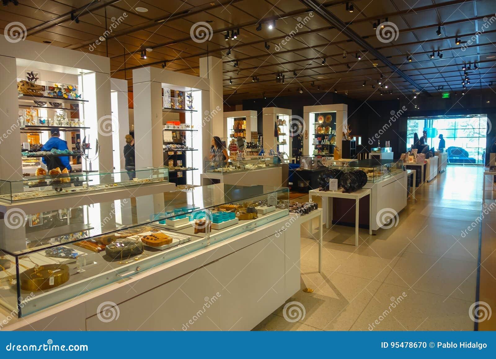 HOUSTON, usa - STYCZEŃ 12, 2017: Niezidentyfikowani ludzie chodzi wśrodku sklepu przy muzeum narodowym Naturalna nauka wewnątrz